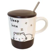 Álmos cica bögre fedővel és kiskanállal